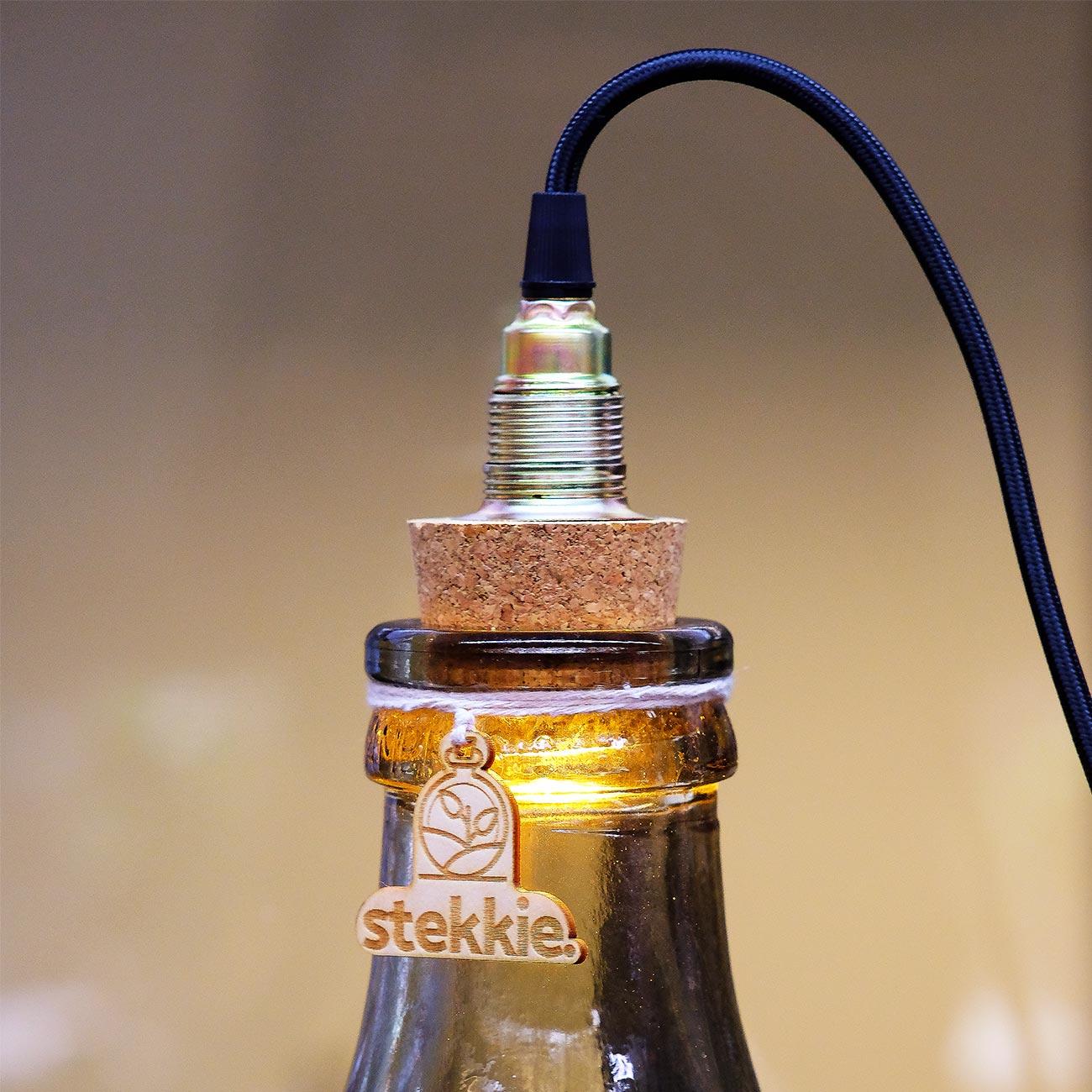 Close-up foto van lamp in kurk op glazen mini-ecosysteem